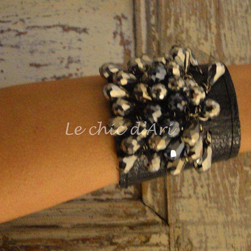 Un bracciale di pelle con perline di color grigio scuro