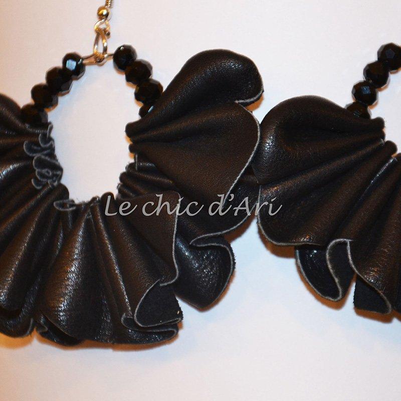 Degli orecchini di pelle di color nero