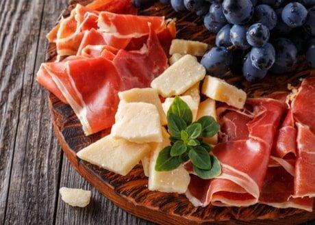tagliere con uva, formaggio e salumi freschi
