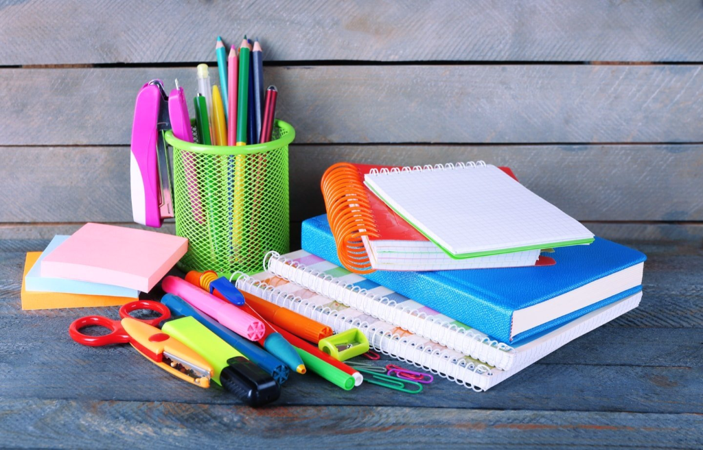 Insieme di articoli di cancelleria per la scuola: matite, quaderni, penne, evidenziatori, bloc notes
