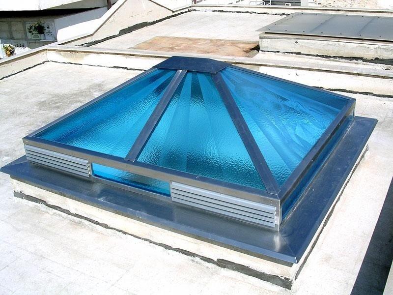 Lucernario in acciaio e vetri smerigliati con sfumature
