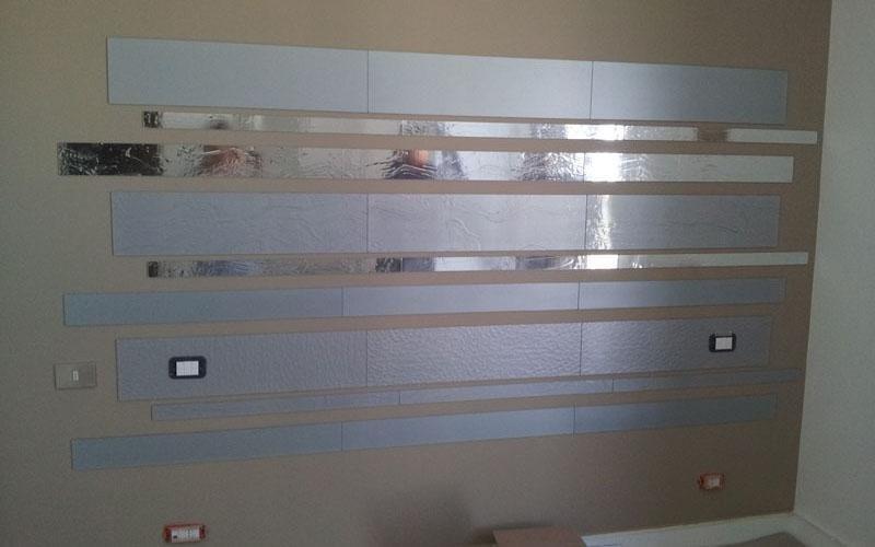 Rivestimento parete con vetri riflettenti e argentati