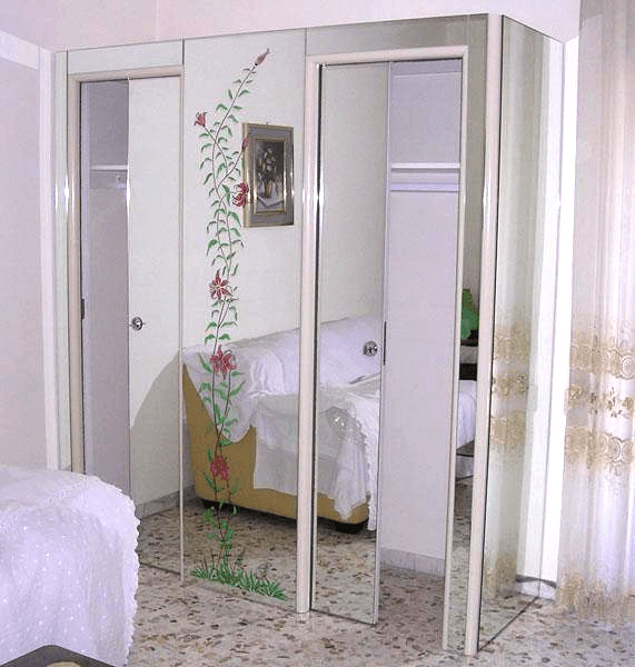 Piccola cabina armadio ricoperta in specchio