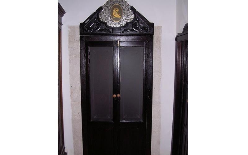 Porta antica con particolari in vetro decorato