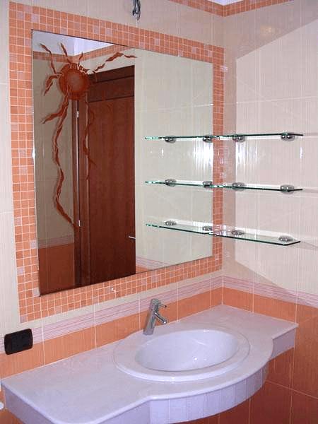 Specchio con telaio nascosto e mensole a muro