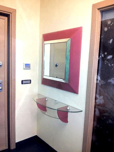 Consolle in cristallo con specchio colorato e illuminato