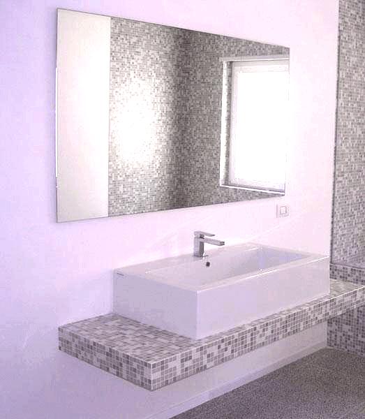 Specchio appeso tramite telaio nascosto