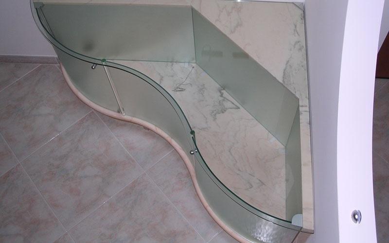 Mobile in marmo e cristallo sagomato e curvo