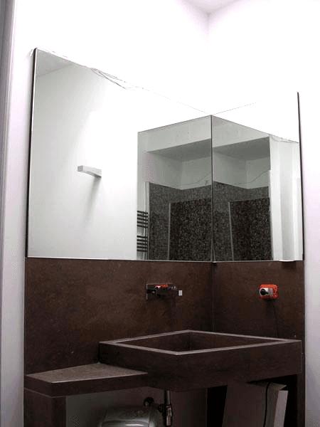 Specchio ad angolo con telaio nascosto