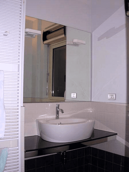 Specchio con faretti e telaio nascosto