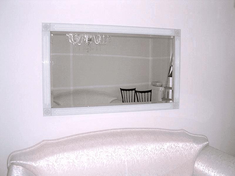 Specchiera a muro con cornice satinata e incisa