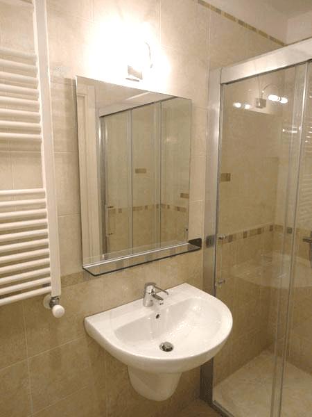 Specchio con telaio nascosto e mensola
