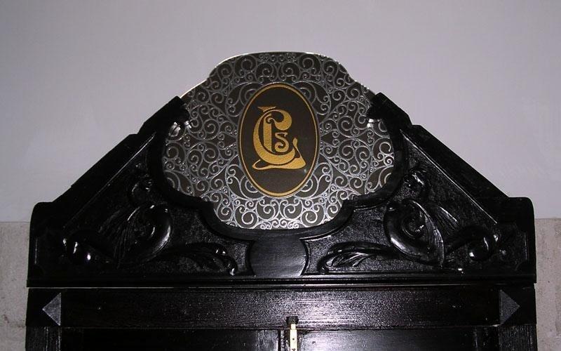 Porta antica con particolare in specchio decorato