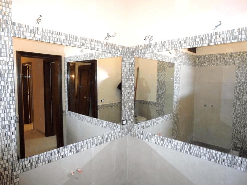 Specchio sovrapposto con telaio nascosto