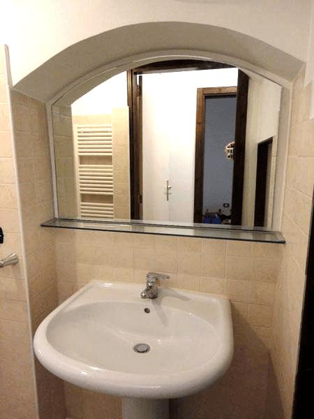 Specchio sagomato con mensola