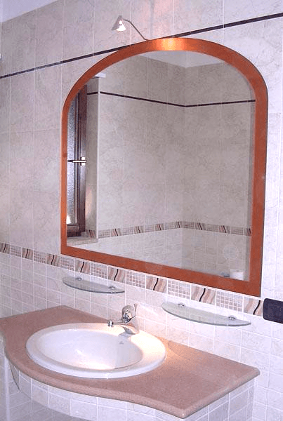 Specchio sagomato con cornice colorata