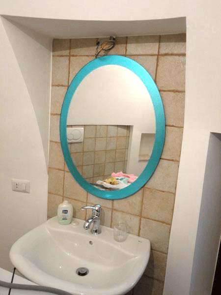 Specchio ovale con cornice colorata