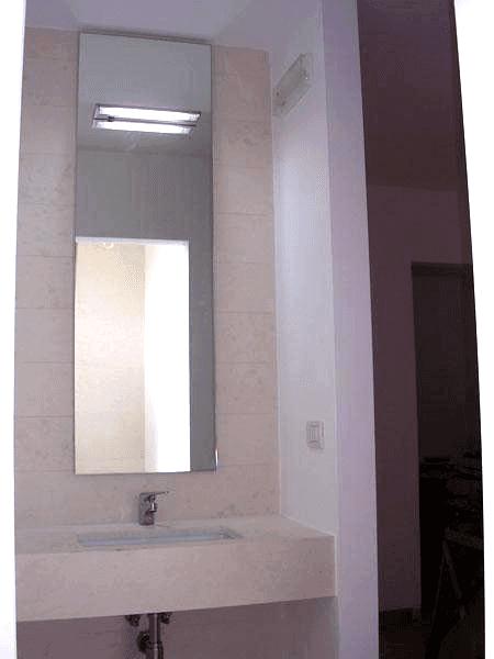 Specchio con telaio nascosto e faretto