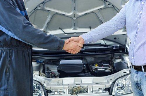 stretta di mano tra un meccanico e un cliente