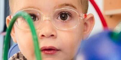bambino con occhiali da vista