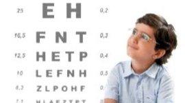 bambino con tavola optometrica