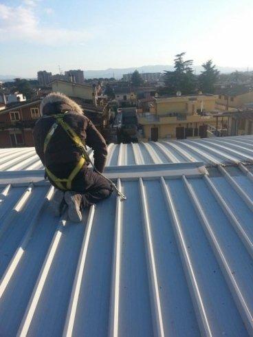 Operaio per pulizia copertura tetti
