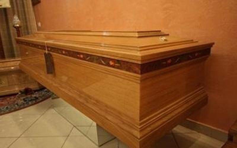 primo piano di una bara funebre