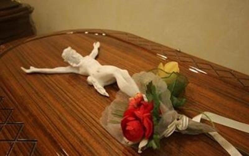 Gesu cristo e rose sopra la bara