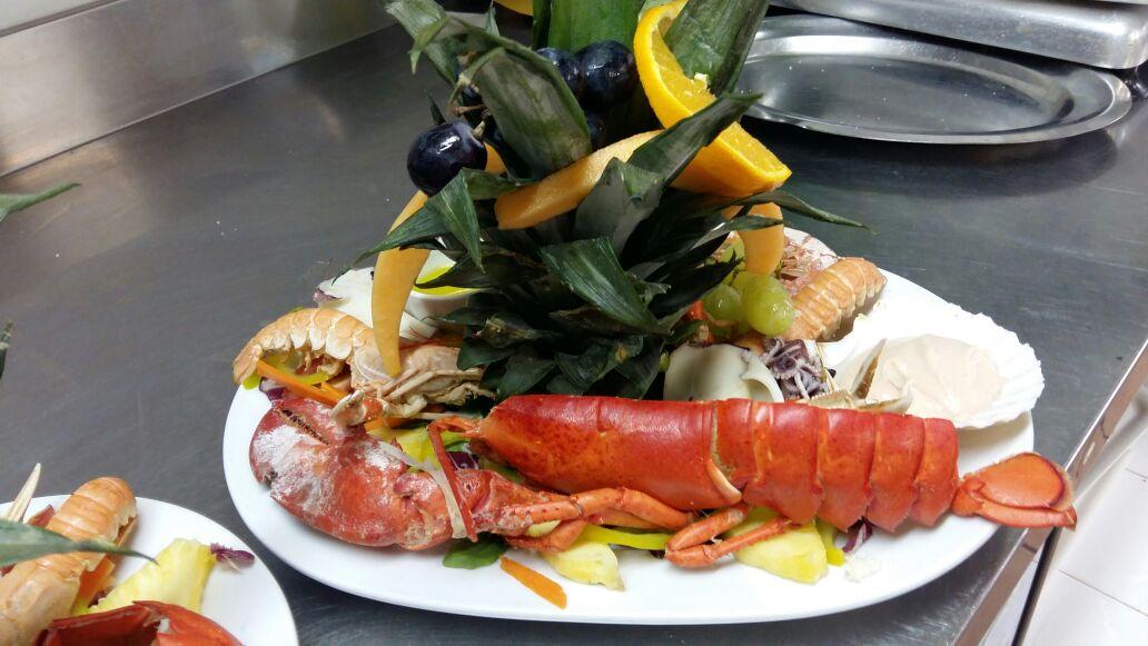 piatt con pesce e frutta