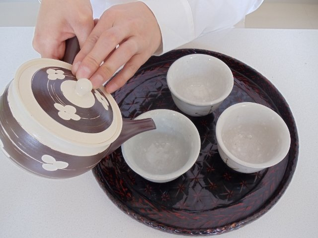 Pour all tea equally into cups