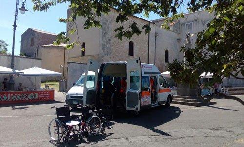 ambulanza con due sedie a rotelle