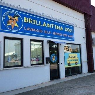 ingresso della toelettatura self service per cani con insegna