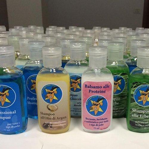 flaconi di shampoo e balsamo per cani