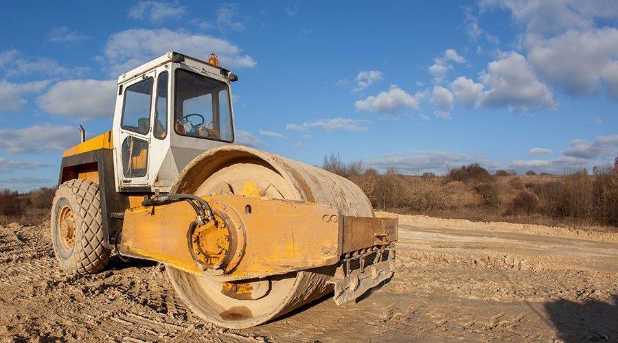 macchina da lavoro asfalta un terreno