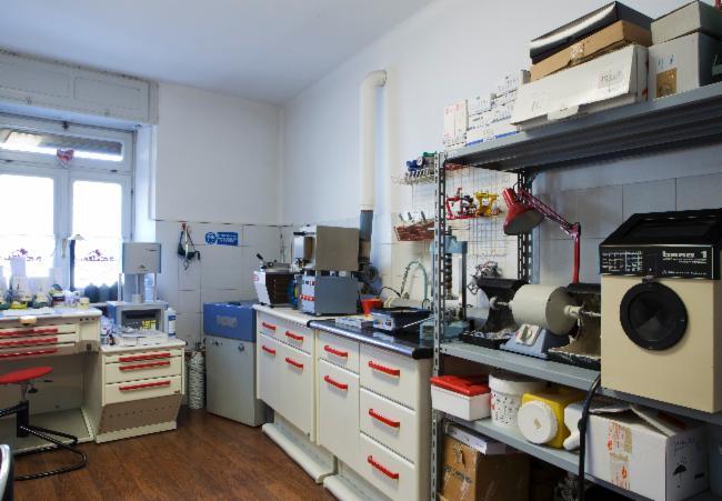 Vista del laboratorio da una diversa angolazione si vede forno per ceramica e uno scaffale in ferro con delle attrezzature ad Aosta