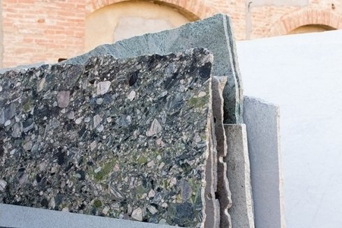 varie lastre di pietra in esposizione