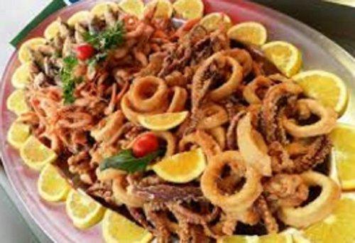 vassoio con pesce fritto