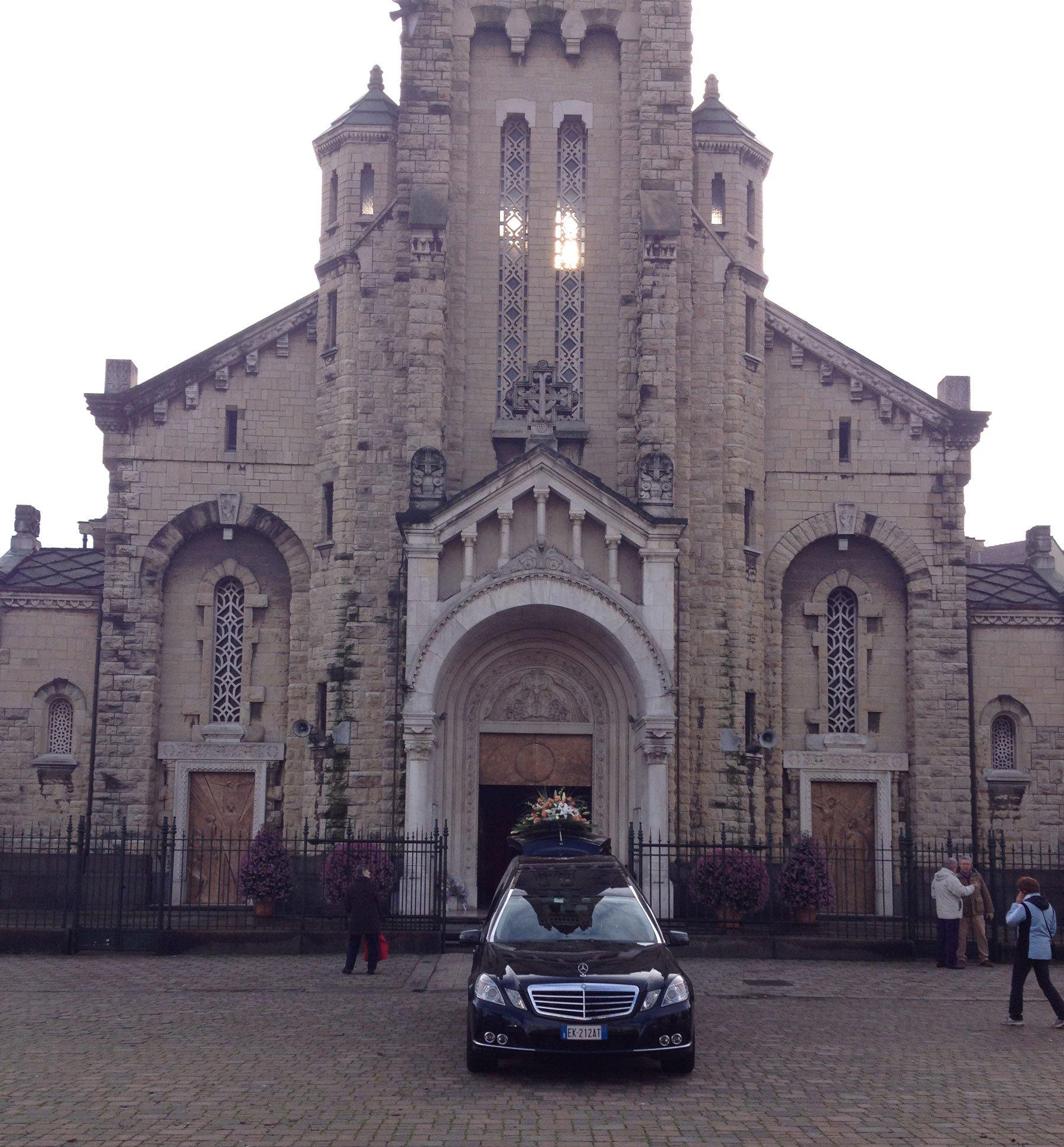 Vista frontale di una chiesa torinese