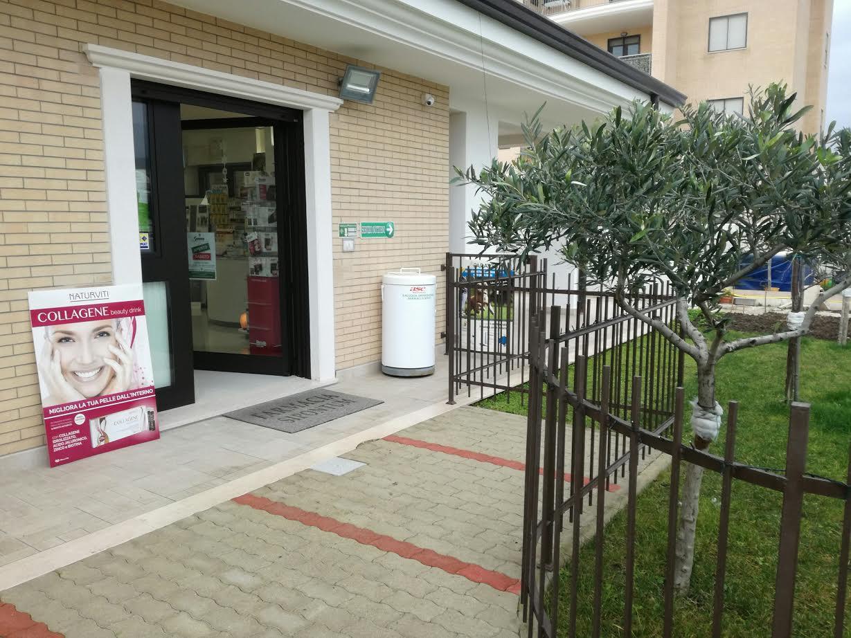 l'ingresso della farmacia visto da fuori