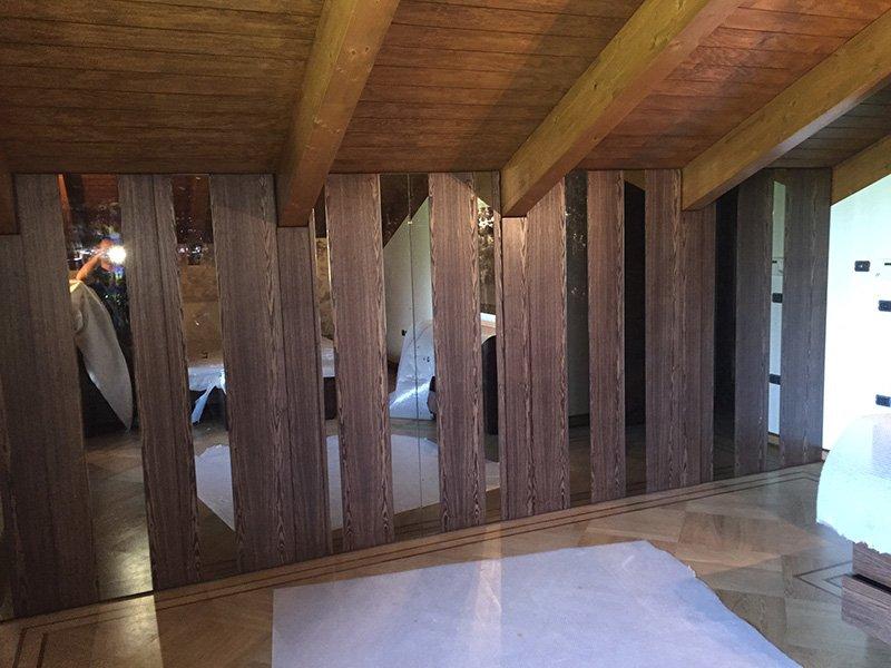 delle assi di legno scuro e sopra un sottotetto in legno