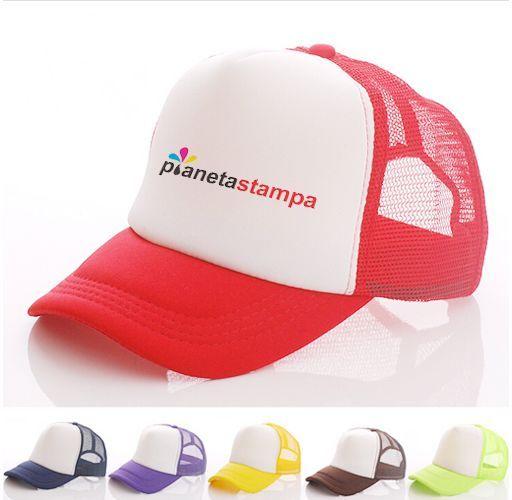 un cappellino bianco e rosso con scritto pianeta stampa