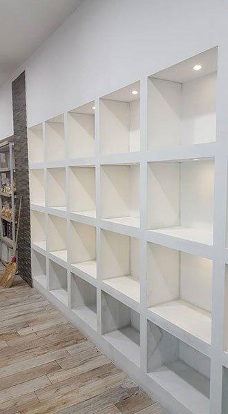 uno scaffale bianco con tanti scompartimenti