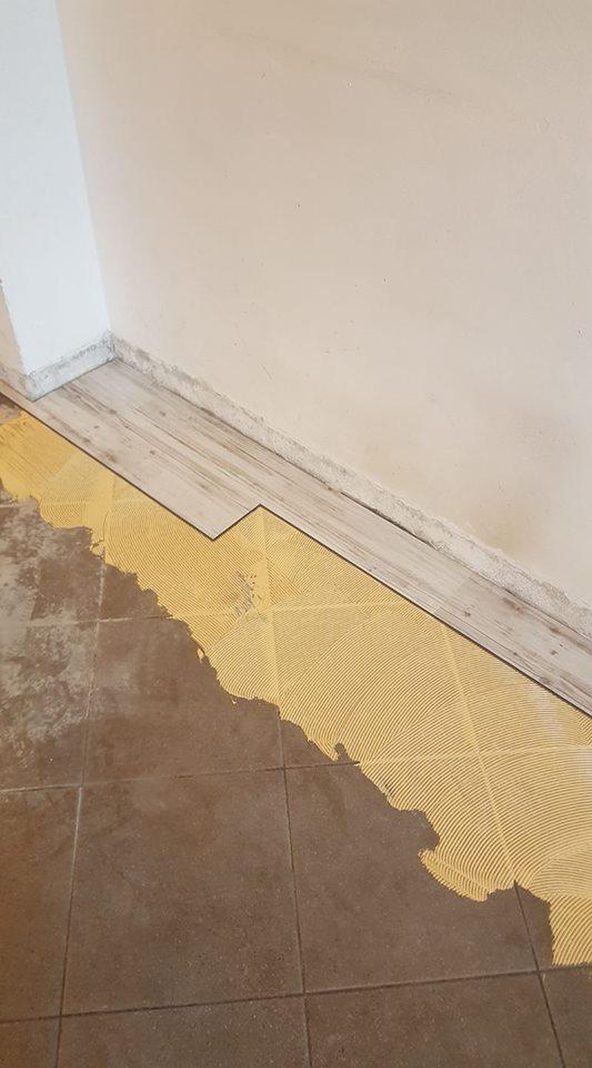delle liste di parquet e del pavimento metà giallo e metà marrone