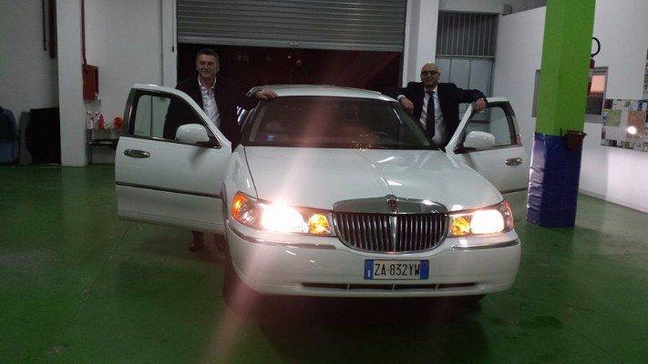 Duo uomini accanto la limousine