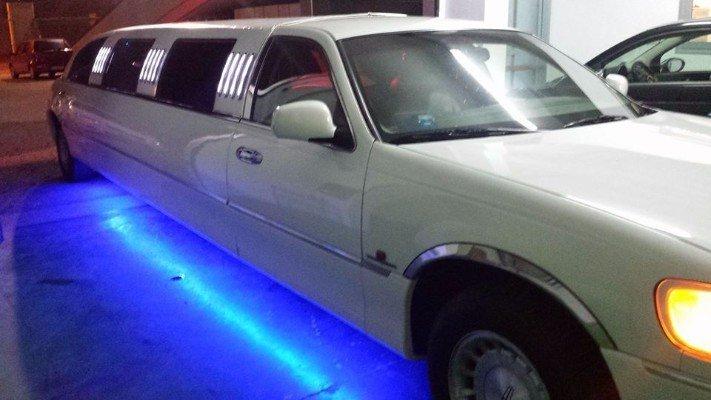 Luce blu sotto la limousine