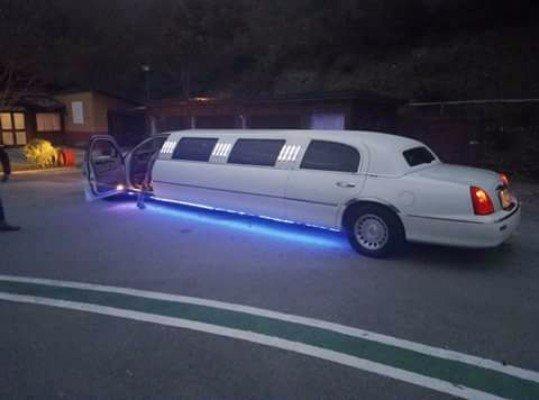 Limousine bianca con la luce blu accesa