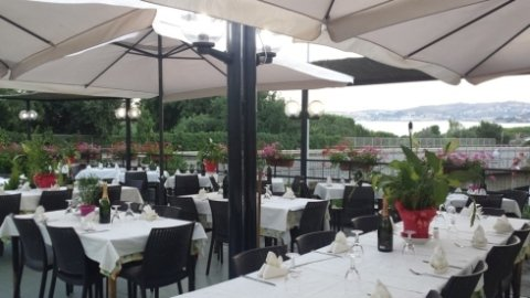 ristorante con tavoli all'aperto