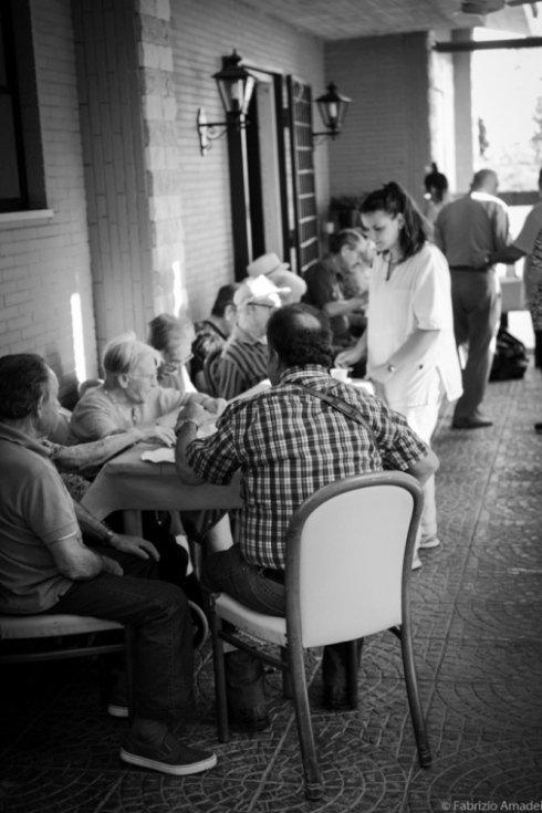 tavolata di anziani in casa di riposo
