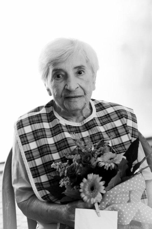 anziana con fiori in casa di riposo