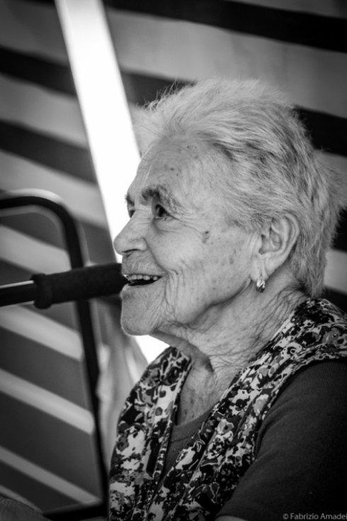 donna anziana con orecchini in casa di riposo